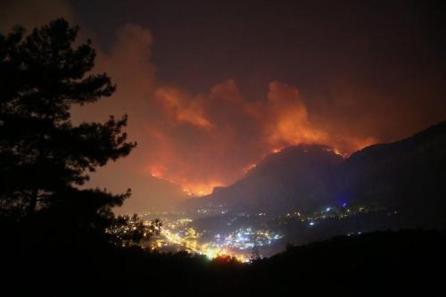 Bomberos luchan para contener el fuego en el suroeste de…