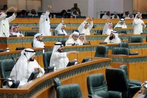 """El parlamento de Kuwait reflexiona sobre """"dejar de conceder préstamos…"""