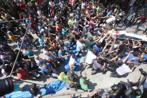 Las fuerzas israelíes disparan contra los palestinos en la valla…