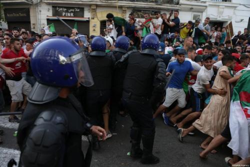 Dos muertos mientras la policía dispersa a los manifestantes en…