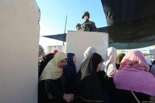 Las fuerzas israelíes disparan a una mujer palestina en un…