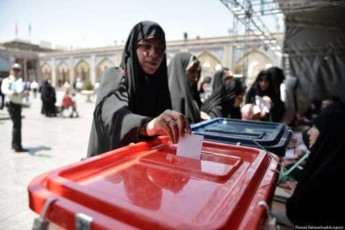 Los candidatos se registran para las elecciones parlamentarias de Irán