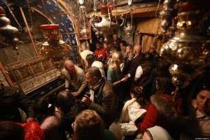 Los cristianos se reúnen alrededor de la Iglesia de la Natividad, donde nació Jesús, para conmemorar la Navidad en Belén, Cisjordania, el 24 de diciembre de 2019 [Issam Rimawi / Agencia Anadolu]