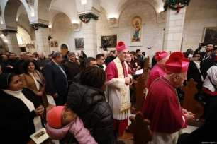 El patriarca latino en funciones de Jerusalén Pierbattista Pizzaballa llega a la Iglesia de Santa Catalina para dirigir el ritual para conmemorar la Navidad en Belén, Cisjordania, el 24 de diciembre de 2019 [Issam Rimawi / Agencia Anadolu]