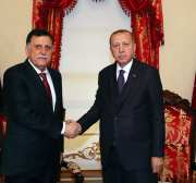 El presidente turco, Recep Tayyip Erdogan (R), se reúne con el presidente del Consejo Presidencial del Gobierno de Acuerdo Nacional de Libia (GNA), Fayez al-Sarraj (L) en Estambul, Turquía, el 15 de diciembre de 2019. [PRESIDENCIA TURCA / MURAT CETINMUHURDAR / HANDOUT / Anadolu Agencia]