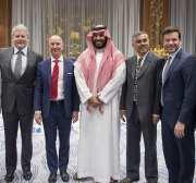 El fundador del sitio web de Amazon Jeff Bezos (3 ° L) posa para una foto durante su visita en Riad, Arabia Saudita el 9 de noviembre de 2016 [Pool / Bandar Algaloud / Anadolu]