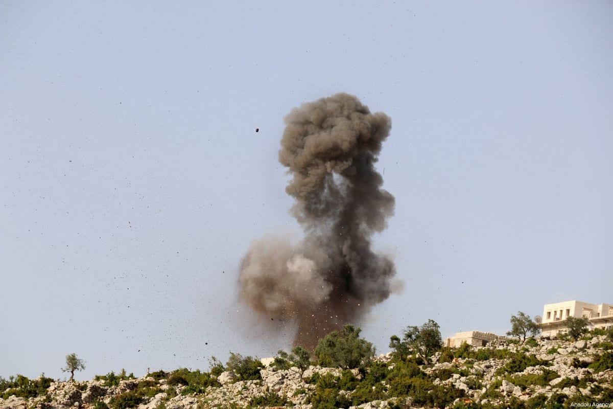 ALEPPO, SIRIA - 22 DE ABRIL: El humo sube después de que los aviones de combate pertenecentes a las fuerzas del régimen de Assad llevaron a cabo ataques aéreos en el distrito de Darat Izza de Alepo, Siria, el 22 de abril de 2017. (Mahmud Faisal - Agencia Anadolu)