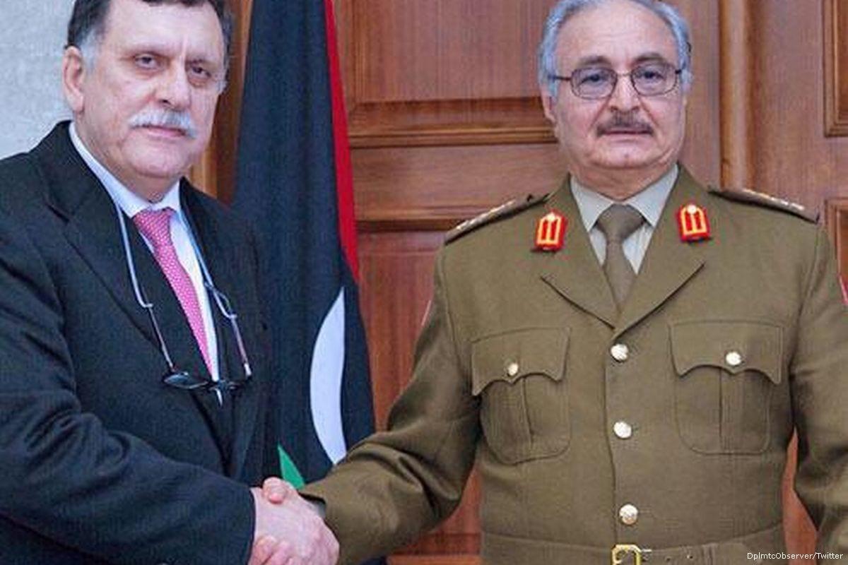 Khalifa Haftar (R), campo del ejército libio Marshall y Fayez Al-Sarraj (L), jefe del Consejo de la Presidencia de Libia [Foto de archivo]