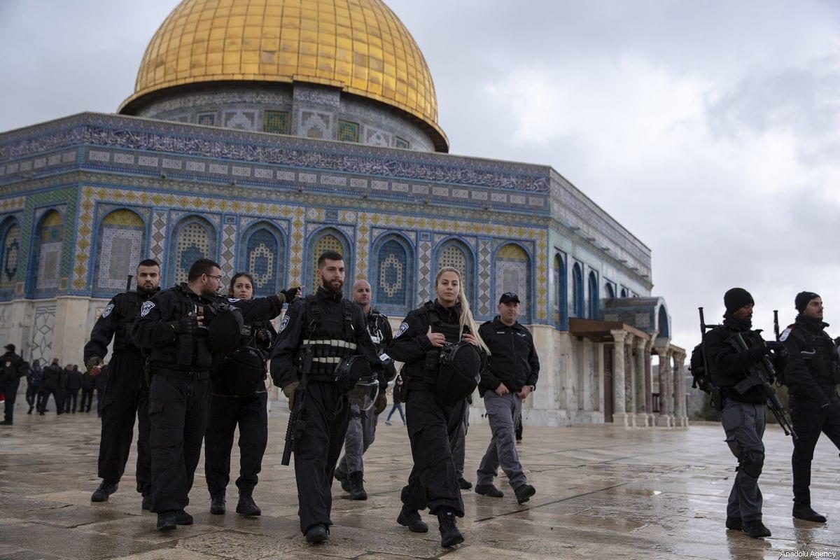 Policías israelíes son vistos frente a la mezquita Al-Aqsa en Jerusalén el 14 de enero de 2019 [Mostafa Alkharouf / Agencia Anadolu]