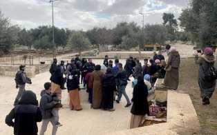 Las fuerzas de ocupación israelíes arrestan a cinco palestinos cerca de la Puerta Al-Rahma (Puerta de la Misericordia) en el complejo de la Mezquita Al-Aqsa en Jerusalén, el 7 de enero de 2020. [Waqf Islámico de Jerusalén / Agencia Anadolu]