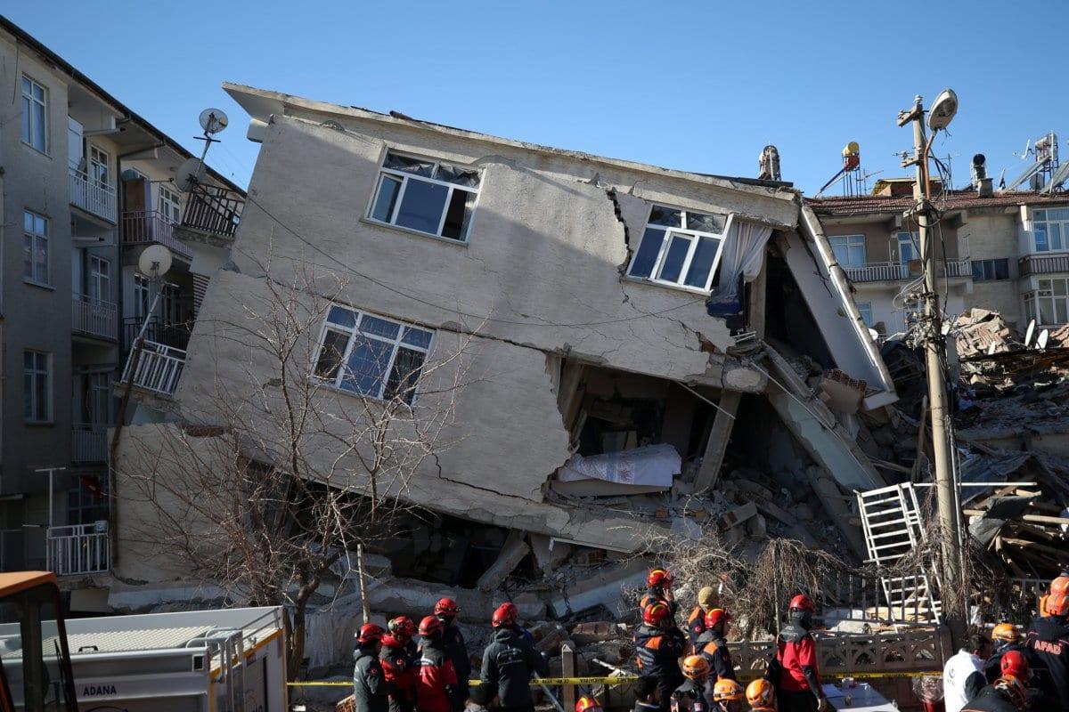 Los equipos de rescate buscan supervivientes en los escombros del terremoto en el vecindario de Sursuru después de un terremoto de magnitud 6,8 que sacudió la provincia turca oriental de Elazig el 25 de enero de 2020 [Sercan Küçükşahin / Agencia Anadolu]