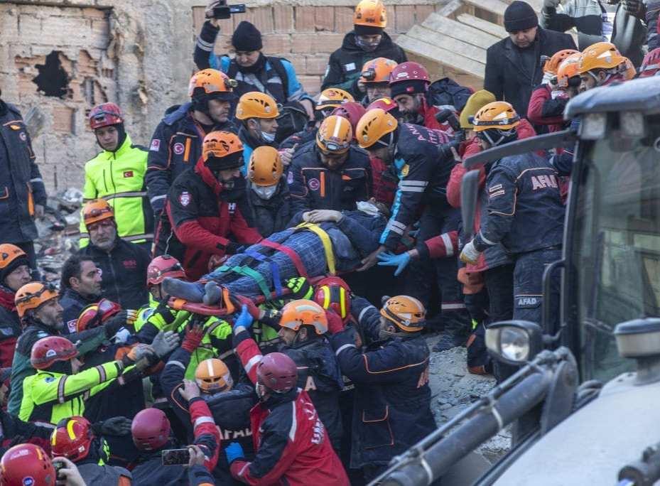Un hombre es rescatado de los escombros del terremoto en el vecindario de Mustafa Pasa mientras los equipos realizan operaciones de búsqueda y rescate para los sobrevivientes de un edificio derrumbado después de un terremoto de magnitud 6,8 que sacudió la provincia turca oriental de Elazig el 25 de enero de 2020 [Agencia Ali Balıkçı / Anadolu]