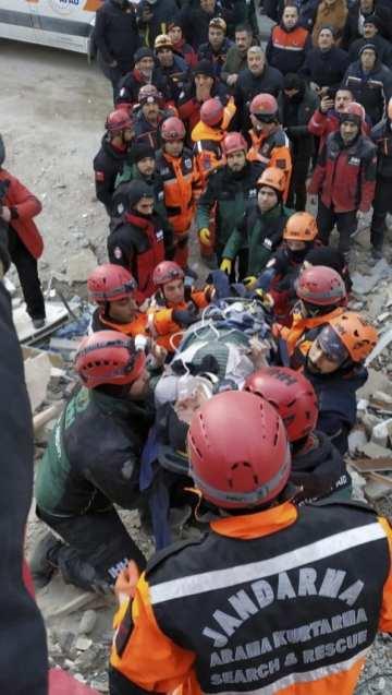 Una mujer es rescatada de los escombros del terremoto mientras los equipos realizan operaciones de búsqueda y rescate para los sobrevivientes de un edificio derrumbado después de que un terremoto de magnitud 6,8 sacudiera la provincia turca oriental de Elazig el 25 de enero de 2020 [Comando General de Gendarmería / Folleto / Agencia Anadolu de Turquía ]