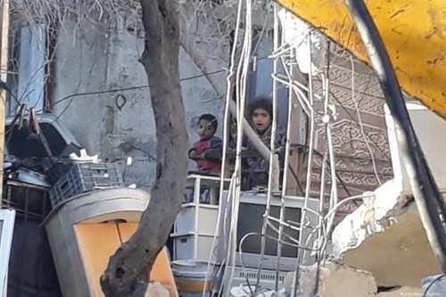 Una familia de 11 personas se queda sin hogar mientras…