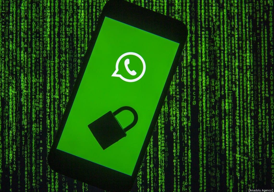 El logotipo de WhatsApp se muestra en la pantalla de un teléfono inteligente con un candado, en esta foto ilustrada tomada en Ankara, Turquía, el 10 de diciembre de 2019. [Ali Balıkçı - Agencia Anadolu]