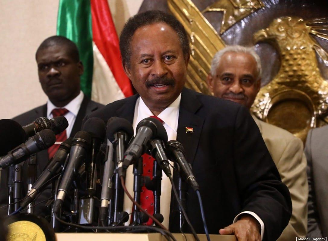 El primer ministro sudanés, Abdalla Hamdok, celebra una conferencia de prensa en el aeropuerto internacional de Jartum en Jartum, Sudán, el 8 de diciembre de 2019 [Agencia Mahmoud Hjaj / Anadolu]