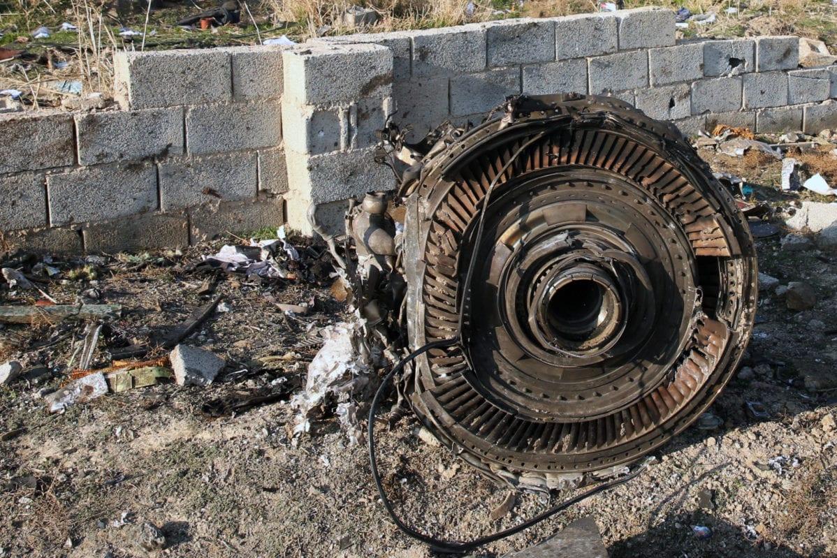 Un motor yace en el suelo después de que un avión ucraniano que transportaba a 176 pasajeros se estrelló cerca del aeropuerto Imam Khomeini en la capital iraní, Teherán, temprano en la mañana del 8 de enero de 2020, matando a todos a bordo [AFP vía Getty Images]