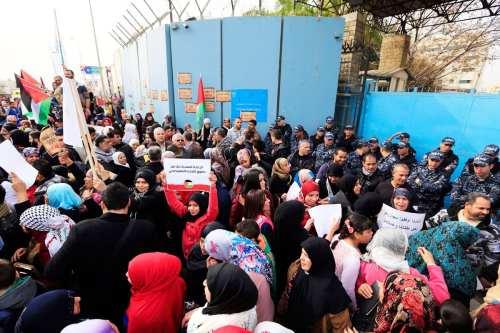 UNRWA despide a 17 docentes de sus escuelas en el…