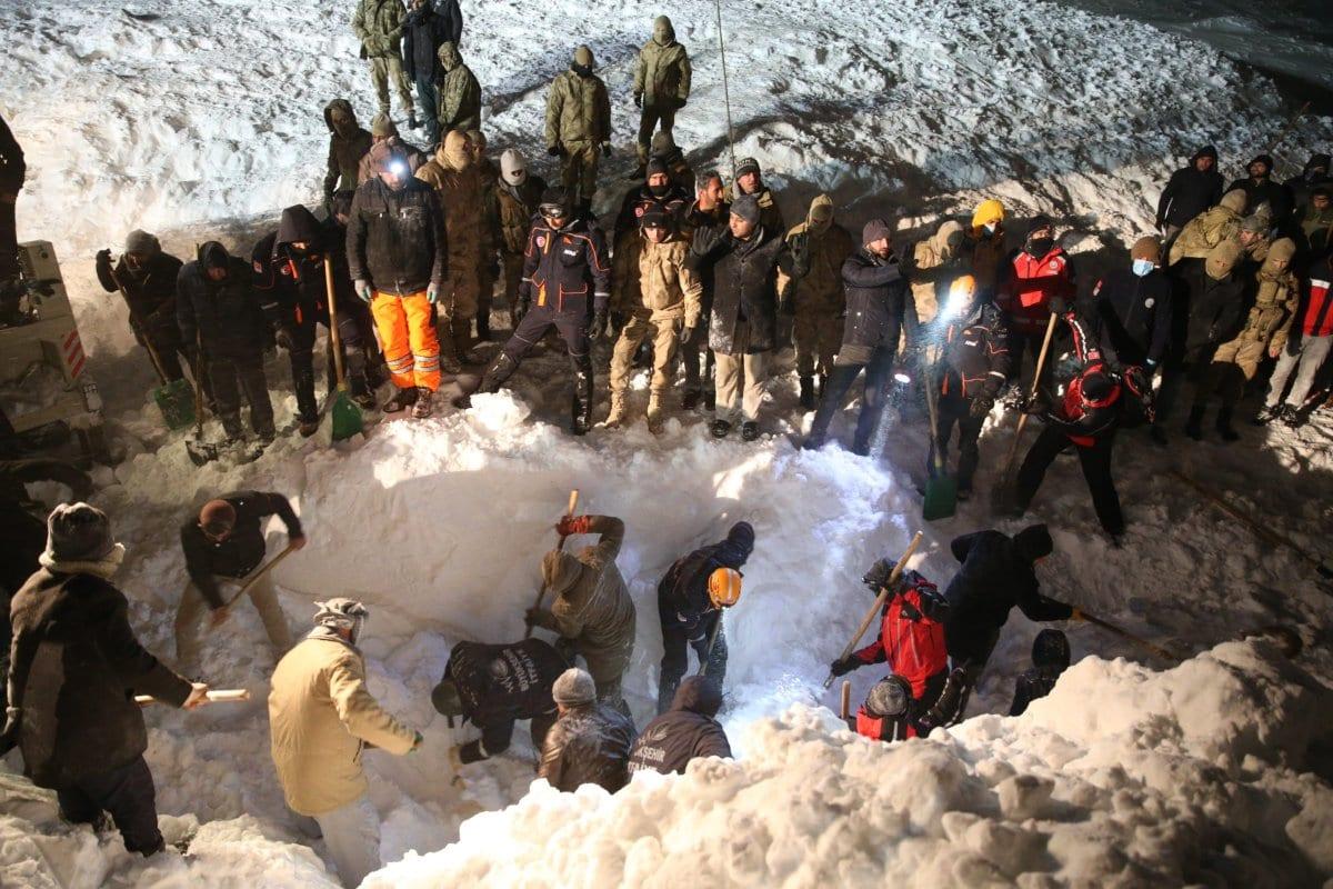 Los trabajos de búsqueda y rescate continúan en el sitio para encontrar un equipo de construcción y una camioneta, que han sido enterrados bajo avalancha con pasajeros, en la carretera Van-Bahcesaray en Van, Turquía, el 4 de febrero de 2020 [Agencia Özkan Bilgin / Anadolu]