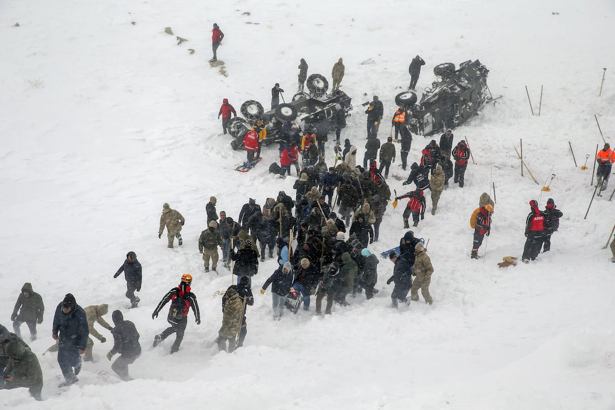Los trabajos de búsqueda y rescate continúan en el sitio luego de que un segundo equipo de búsqueda enterrara una avalancha durante los esfuerzos de búsqueda y rescate en el distrito de Bahcesaray de la provincia oriental de Van de Turquía el 5 de febrero de 2020. [Özkan Bilgin - Agencia Anadolu]