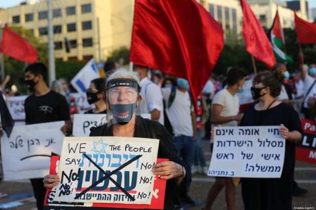 Los israelíes se reúnen para organizar una manifestación de protesta contra el plan de anexión de Israel de los asentamientos ilegales en la Ribera Occidental y el Valle del Jordán, en Tel Aviv, Israel, el 6 de junio de 2020 [Mostafa Alkharouf / Agencia Anadolu].