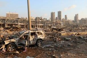 Personas aturdidas, llorando y heridas caminaron por las calles buscando a sus familiares en Beirut, Líbano el 4 de agosto de 2020 [Twitter]