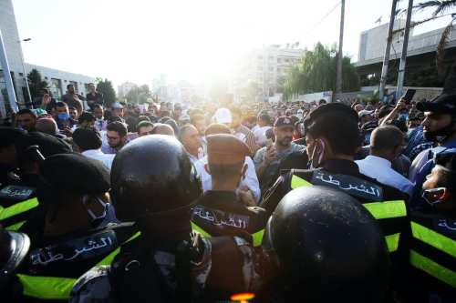 La policía de Jordania se enfrenta a los manifestantes por…