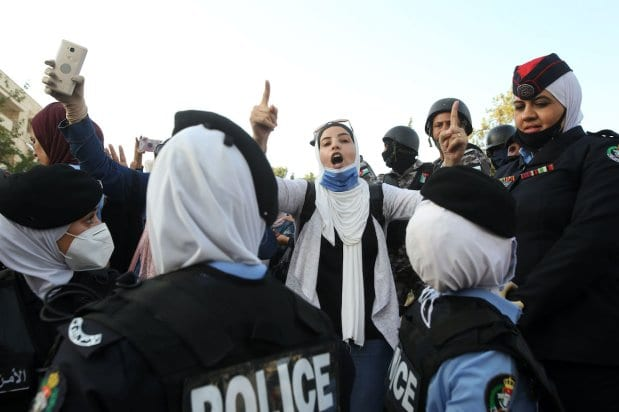 La policía jordana cierra las calles que llegan al área de la oficina del primer ministro el 29 de julio de 2020 en Amman, Jordania [Jordan PIx/Getty Images]