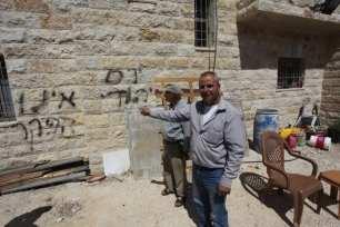 La gente muestra lemas racistas contra los palestinos en los muros de las casas palestinas después de que los judíos ortodoxos hicieran una redada en la ciudad de Asira al-Qibliya de la ciudad de Nablus en Cisjordania el 28 de agosto de 2020 [Agencia Nedal Eshtayah/Anadolu]