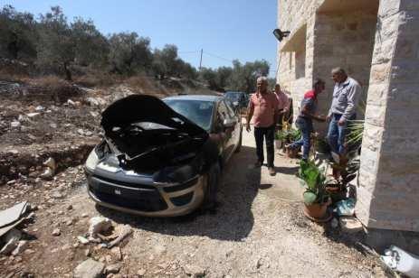 Se ve un auto dañado después de que judíos fanáticos asaltaron la ciudad de Asira al-Qibliya de la ciudad de Nablus en Cisjordania el 28 de agosto de 2020 [Agencia Nedal Eshtayah/Anadolu]