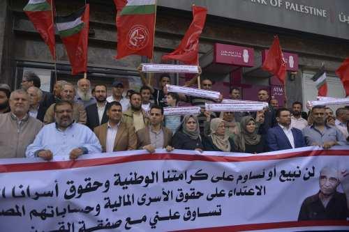 Israel sancionará a los bancos palestinos que apoyan a las…