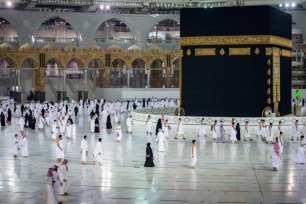 Saudíes y residentes extranjeros circunvalan la Kaaba (Tawaf), como parte de la peregrinación a la Umrah, en el complejo de la Gran Mezquita en la ciudad santa de La Meca, el 4 de octubre de 2020 [Ministerio saudí de Hajj y Umra/AFP vía Getty Images]