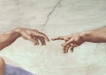 """La pintura """" La Creación de Adán"""" de Miguel Ángel sirvió de inspiración para una escena de la película"""