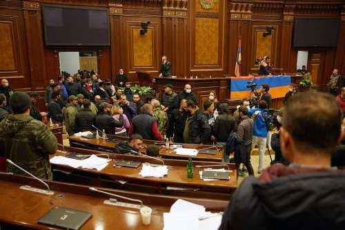 Los armenios asaltan el parlamento y linchan a su presidente…