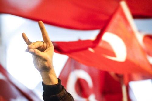 """Francia prohíbe al grupo turco ultranacionalista los """"Lobos Grises"""""""