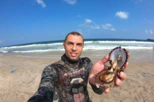 El fotógrafo palestino Mohammed Assad cosecha ostras en la Franja de Gaza.