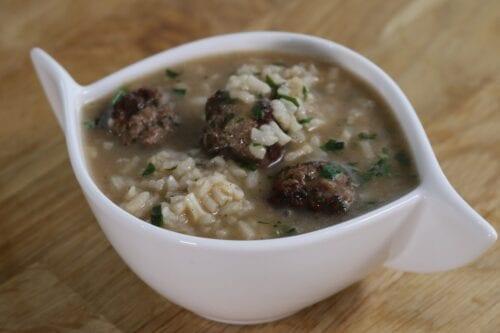 """Sopa de arroz con albóndigas o """"shorbet ayaneen"""""""