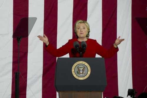 Clinton promueve un documental sobre el asesinato de Khashoggi, y…