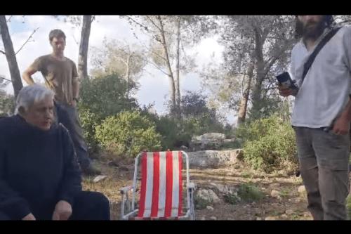 VIDEO: Colonos y soldados israelíes acosan a una familia palestina…