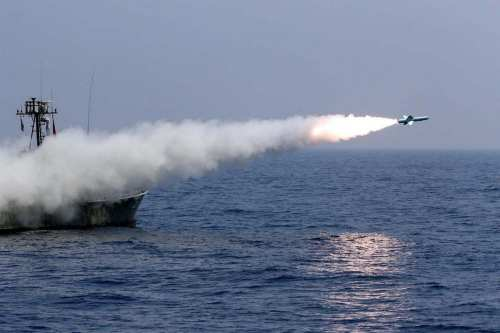 Un barco israelí de transporte de vehículos es alcanzado por…
