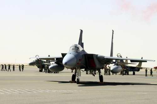 La coalición liderada por Arabia Saudí bombardea bases militares de…
