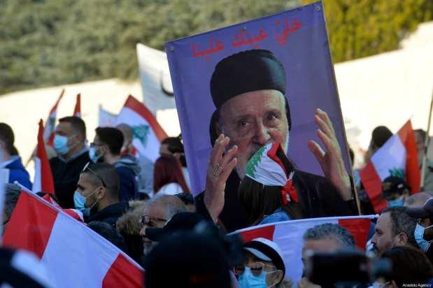Manifestantes libaneses esperan el discurso del cardenal libanés Bechara Boutros Al-Rai en el Patronato Maronita en el pueblo de montaña de Bkerki, al noreste de Beirut, Líbano, el 27 de febrero de 2021 [Houssam Shbaro / Agencia Anadolu].