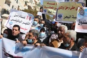 Los militares de Gaza protestan por la decisión de la AP de obligarlos a retirarse [Mohammed Asad/Middle East Monitor].