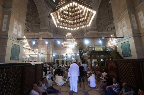 Túnez suspende las oraciones nocturnas en las mezquitas durante el…