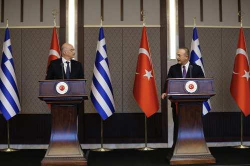 Los ministros turco y griego se enfrentan en una rueda…