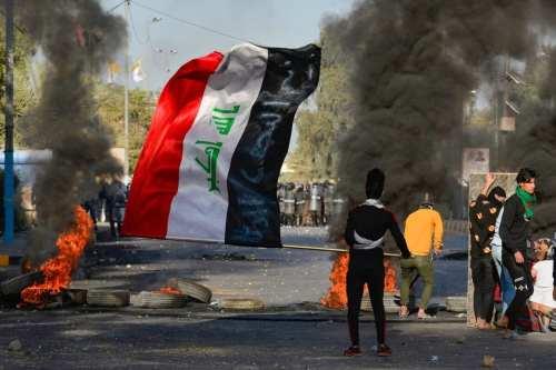 Manifestantes en el sur de Irak bloquean puentes y una…