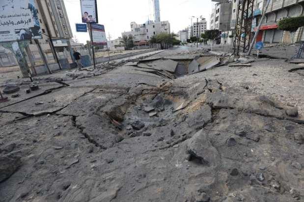 Israel sigue atacando edificios residenciales en Gaza el 13 de mayo de 2021 [Mohammed Asad/Middle East Monitor].