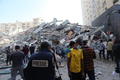 Israel derriba un edificio que alberga a medios de comunicación…