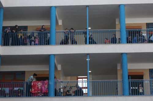 Los palestinos se dirigen a las escuelas de la UNRWA…
