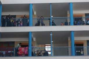 Los palestinos se dirigen a las escuelas de la UNRWA para refugiarse mientras continúa la campaña de bombardeos israelíes [Mohammed Asad/Middle East Monitor].